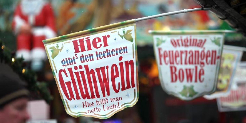 Ein Schild mit der Aufschrift «Glühwein» auf einem Weihnachtsmarkt.